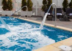 Hotel Ganivet - มาดริด - สระว่ายน้ำ
