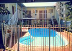 Hay Street Traveller's Inn - Hostel - เพิร์ธ - สระว่ายน้ำ