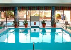 Newark Liberty International Airport Marriott - นวร์ก - สระว่ายน้ำ