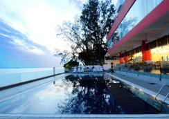 Hotel Sentral Seaview, Penang - จอร์จทาวน์ (ปีนัง) - สระว่ายน้ำ