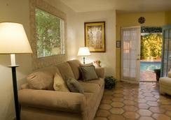 Villa Rosa Inn - ปาล์มสปริงส์ - ห้องนั่งเล่น