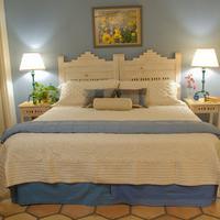 Villa Rosa Inn Guestroom