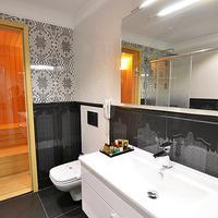 Azka Hotel Bathroom