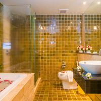 The Royal Paradise Hotel & Spa Bathroom