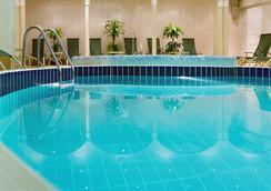 Moscow Marriott Grand Hotel - มอสโก - สระว่ายน้ำ