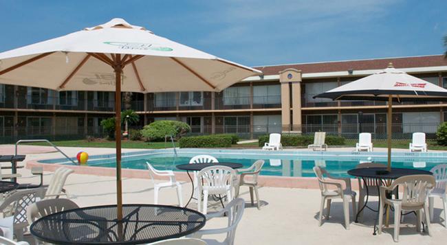 Monroe's on the Lake Hotel & Banquet Hall - Sanford - Pool