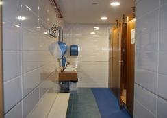 Albergue Compostela - ซานติกาโก เด กอมปอสเตลา - ห้องน้ำ