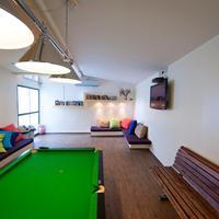 Hayarkon 48 Hostel Large common room with free pool table