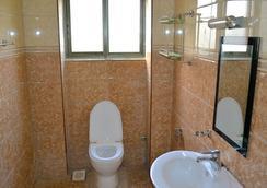 Acacia Beach Hotel - เอนเทบเบ - ห้องน้ำ