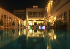White Boutique Hotel - สีหนุวิลล์ - สระว่ายน้ำ