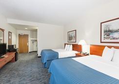 Baymont Inn & Suites Des Moines Airport - ดิมอยน์ - ห้องนอน