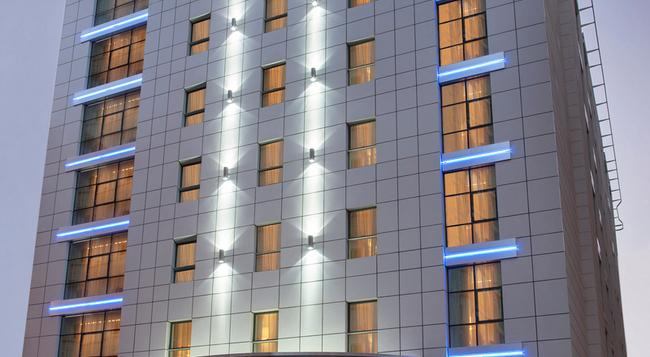 Cosmopolitan Hotel - Dubai - Building