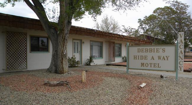 Debbie's Hide A Way - Page - Building