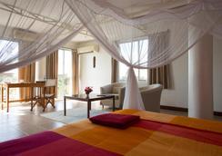 Q-bar & Guest House - ดาร์ เอส ซาลาม - ห้องนอน
