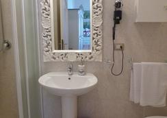 Le Tre Stelle - กายารี่ - ห้องน้ำ