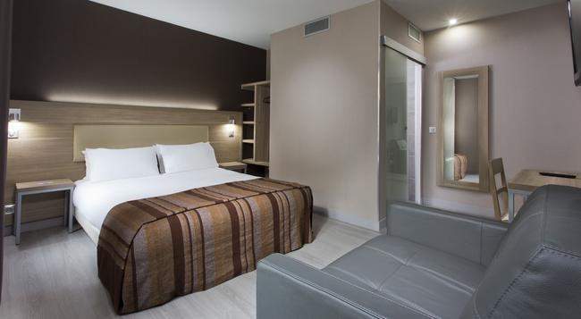 Hotel des Pavillons - Paris - Bedroom