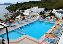 Dolce Bodrum Hotel and Beach Club - Adults Only - โบดรัม - สระว่ายน้ำ