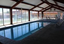 Super 8 Conference Center NAU/Downtown - แฟลกสตาฟ - สระว่ายน้ำ