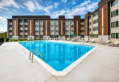 Holiday Inn Express Louisville Airport Expo Center - ลุยวิลล์ - สระว่ายน้ำ