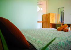 เดอะ ซีนารี่ บีช รีสอร์ท - เกาะพงัน - ห้องนอน