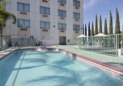 Ramada Plaza Anaheim - อนาไฮม์ - สระว่ายน้ำ