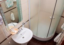 Tonika Hotel - ซามารา - ห้องน้ำ