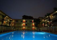 Red Carpet Inn Airport/Cruiseport - ฟอร์ต ลอเดอร์เดล - สระว่ายน้ำ