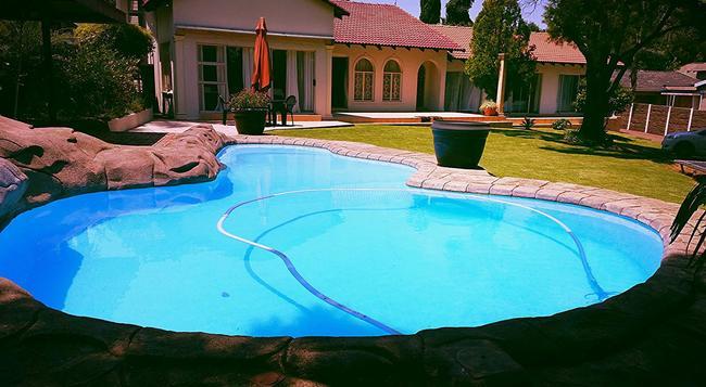 Shaka Guest House - Johannesburg - Pool