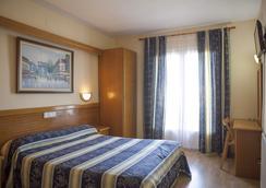 Hotel Silvia - เอมพูเรียบราวา - ห้องนอน