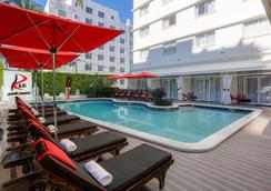 Red South Beach Hotel - ไมอามีบีช - สระว่ายน้ำ